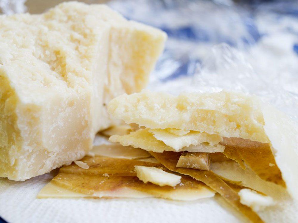 Nous devrions manger les résidus alimentaires tels que les croûtes de fromage.