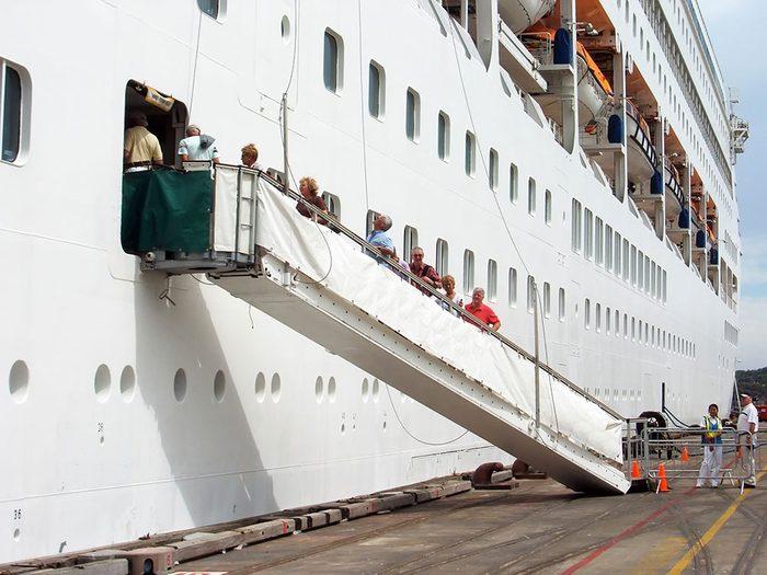 À 13h, des centaines de passagers impatients de visiter le bateau sont à bord pour leur croisière.