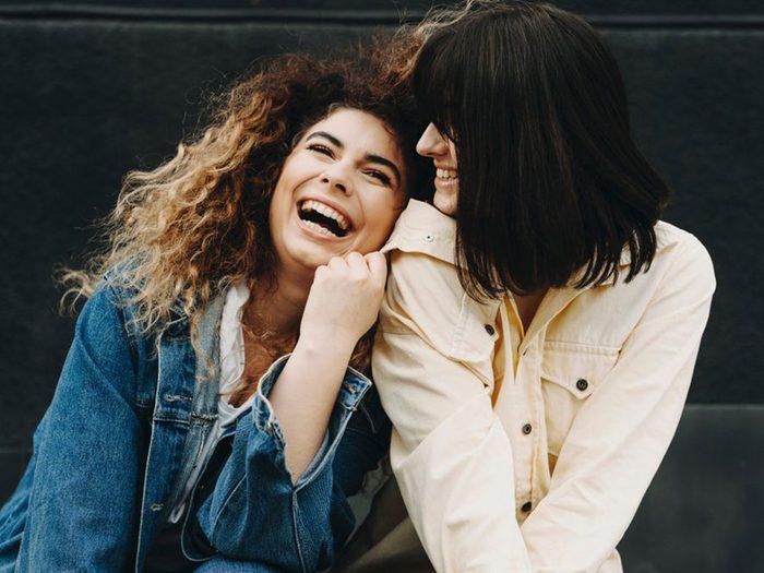 Entre soeurs, vous partagez un univers de blagues personnelles.