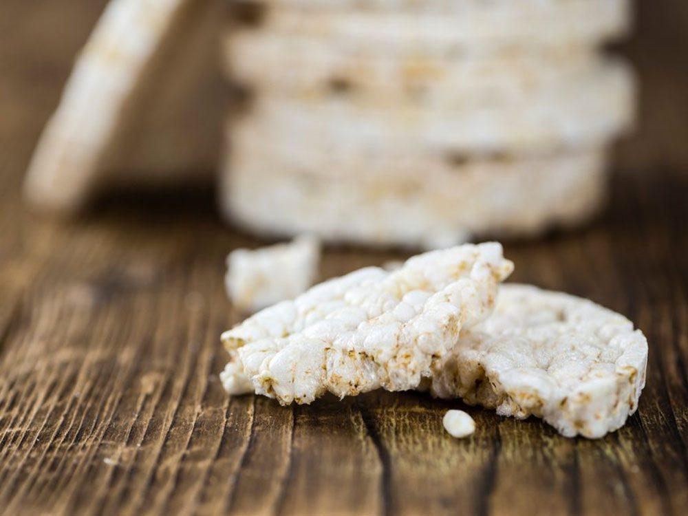 Utilisez des résidus alimentaires comme les miettes des galettes de riz pour garnir des salades, du yogourt, et du gruau.