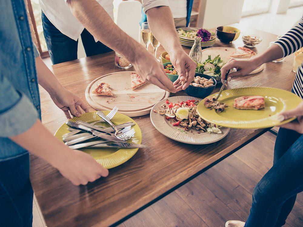 Gaspiller la nourriture est l'une des habitudes de dépense que les experts en finances détestent.