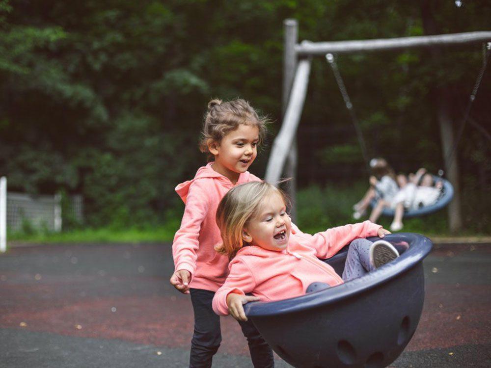 Les petites sœurs sont toujours à la remorque de leurs grandes sœurs.