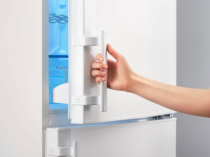 Après avoir nettoyé votre réfrigérateur, fermez la porte et laissez votre frigo refroidir de nouveau.