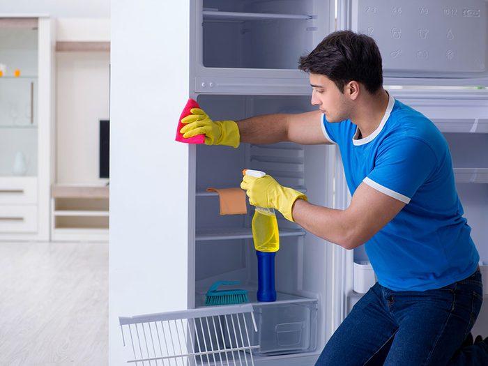 Sortez toutes les parties amovibles pour nettoyer votre réfrigérateur.