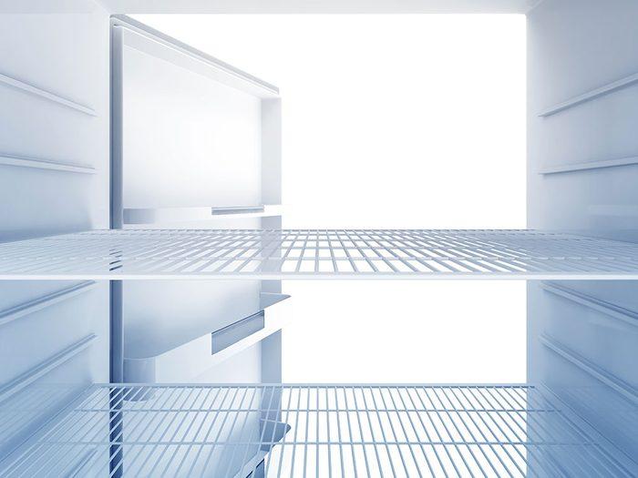 Une fois le réfrigérateur nettoyé, remettez en place les éléments amovibles et remplissez le.
