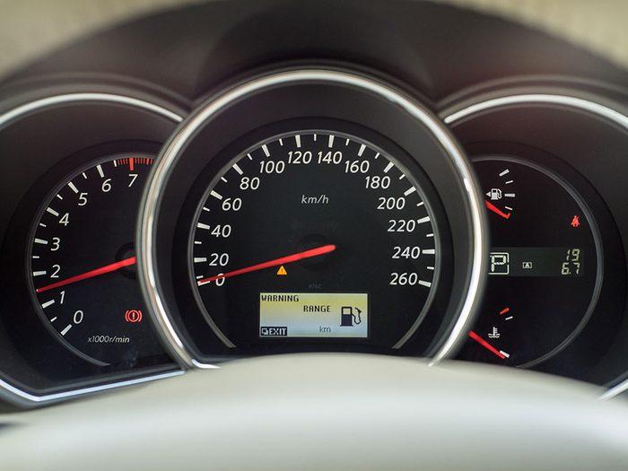 Vérifiez le compteur et le réservoir avant l'achat de votre nouvelle voiture.
