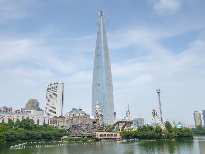 La Lotte World Tower à Séoul est l'un des plus hauts gratte-ciels du monde .