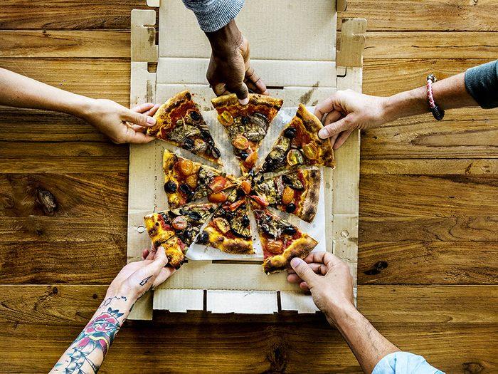 À cause du gras, les boîtes de pizza ne sont pas à mettre au recyclage.