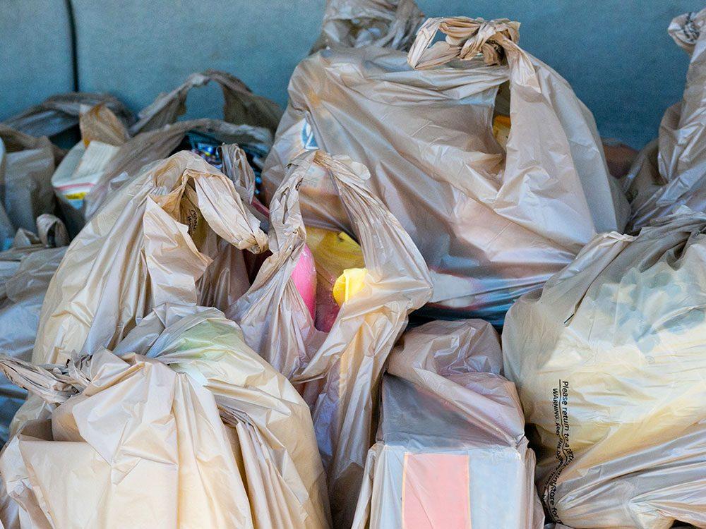 Les sacs en plastique d'épicerie sont à mettre au recyclage prudemment.