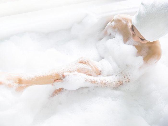 Prenez un bain moussant pour vous relaxer.