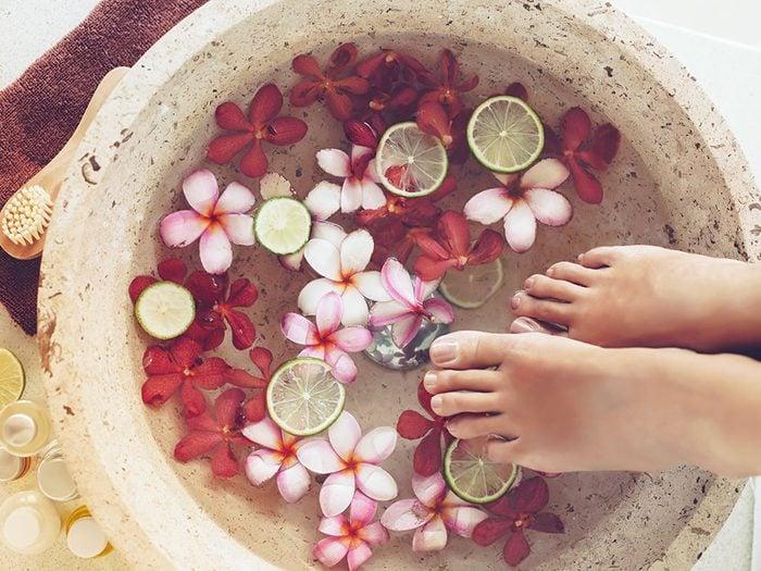 Pour vous relaxer prenez un bon bain de pieds.