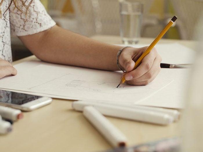 Pas besoin d'être un artiste pour aimer dessiner, gribouiller ou peindre et cela permet de vous relaxer.