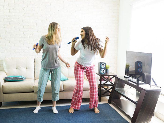 Chantez à la maison avec le karaoké de YouTube permet de vous relaxer.