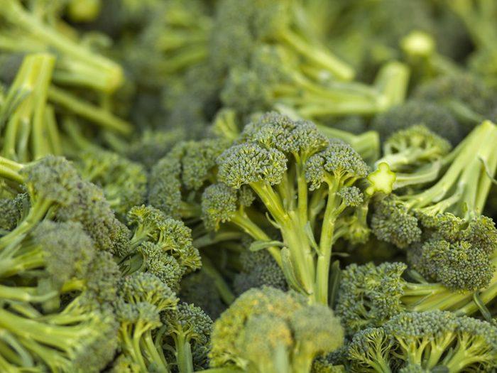 Les tiges de brocoli sont des résidus alimentairs que nous devrions manger.