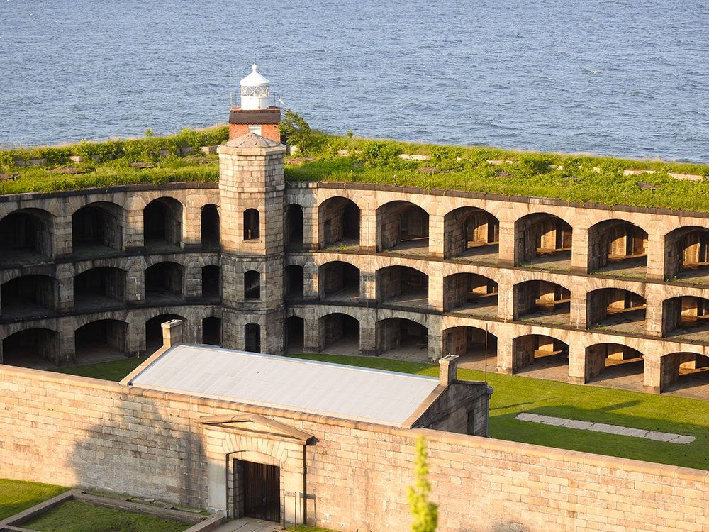 Visitez le Fort Wadsworth à New York.