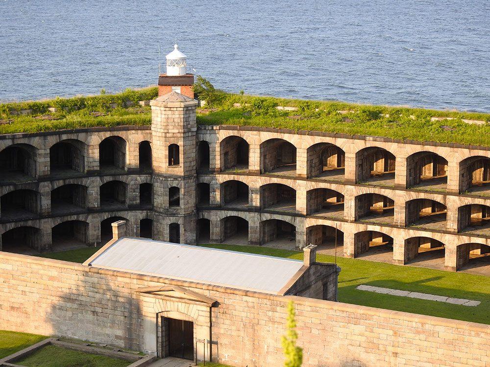 Visitez le Fort Wadsworth à New York.
