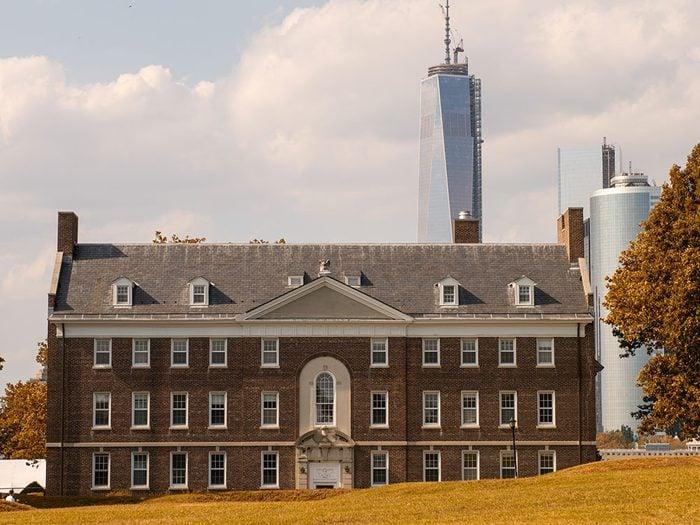 Governors Island a d'abord été une forteresse militaire à New York en 1741.