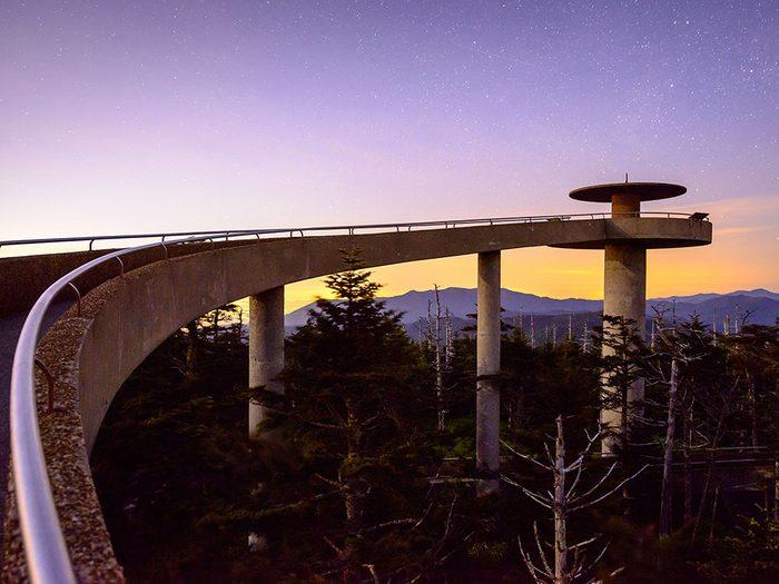 Le belvédère du dôme Clingmans du parc national des Great Smoky Mountains dans le Tennessee est l'un des 12 points de vue vertigineux dans le monde.