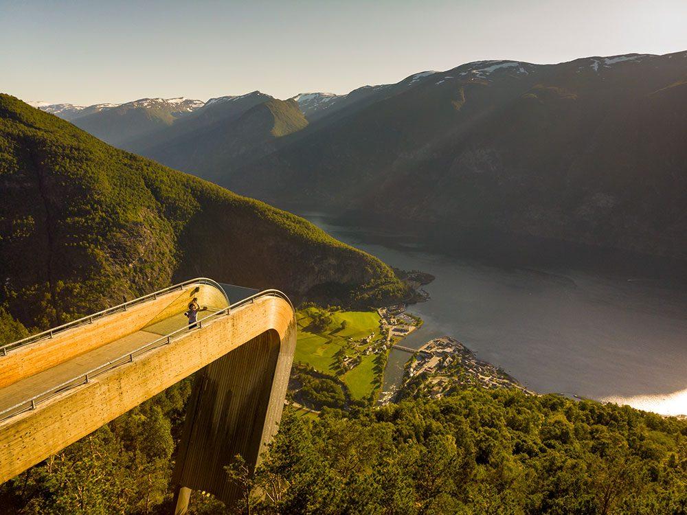 Le belvédère du fjord d'Aurland en Norvège est l'un des 12 points de vue vertigineux dans le monde.