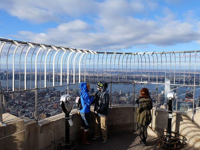 Le célèbre Empire State Building à New York aux États-Unis est l'un des 12 points de vue vertigineux dans le monde.