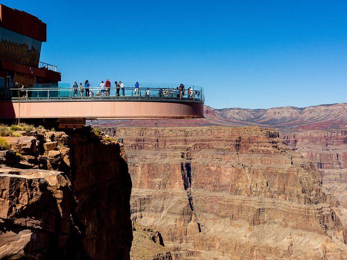 Le Grand Canyon Skywalk à Peach Springs en Arizona est l'un des 12 points de vue vertigineux dans le monde.