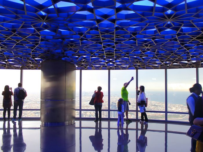 Le Burj Khalifa à Dubai est l'un des 12 points de vue vertigineux dans le monde.