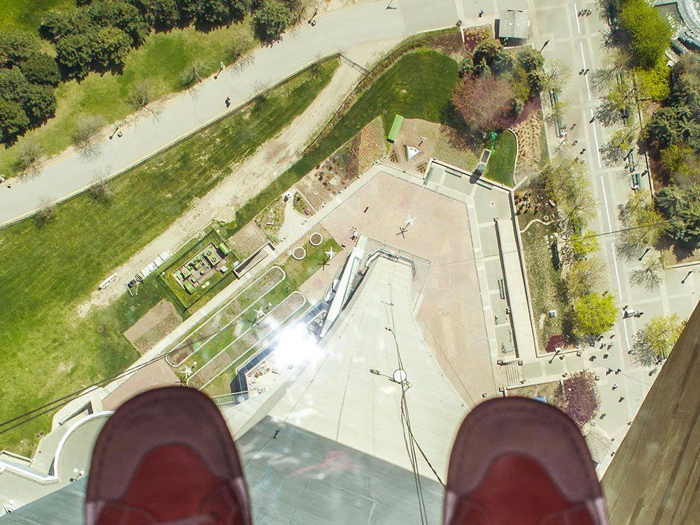 La tour CN à Toronto est l'un des 12 points de vue vertigineux dans le monde.