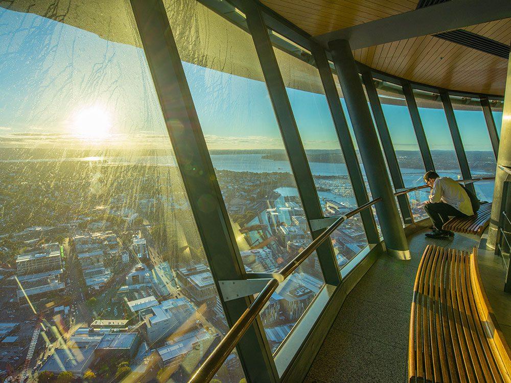 La tour Sky Tower à Aukland en Nouvelle-Zélande est l'un des 12 points de vue vertigineux dans le monde.