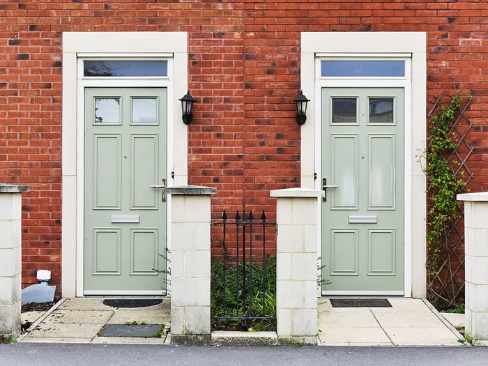Posez des questions sur les voisins et essayez de les rencontrer avant d'acheter une maison.