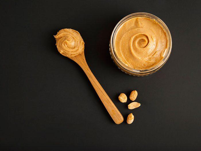 """Le beurre d""""arachide est un aliment santé riche en gras, que vous devez manger."""