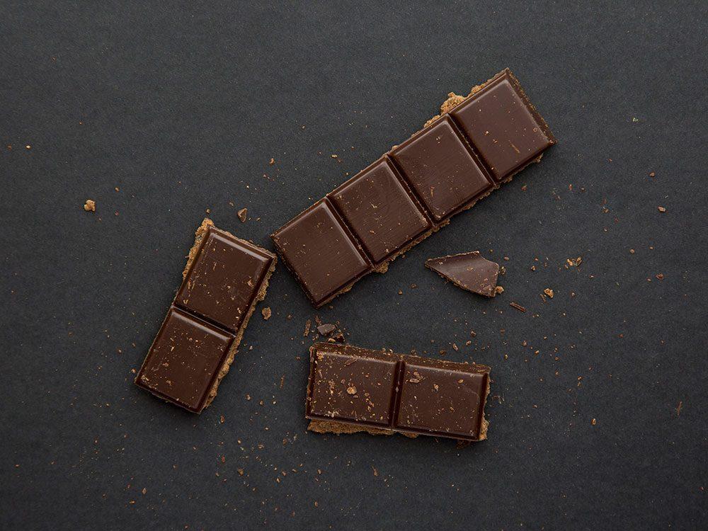 Le chocolat noir est un aliment santé riche en gras, que vous devez manger.