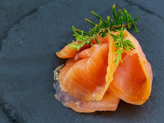 Le saumon est un aliment santé riche en gras, que vous devez manger.