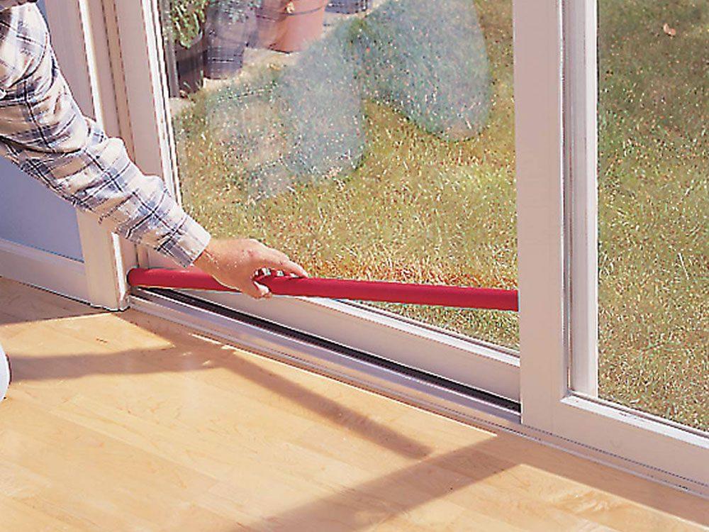 Tout le monde avait une barre pour porte coulissante en verre dans sa maison dans les années 1990.