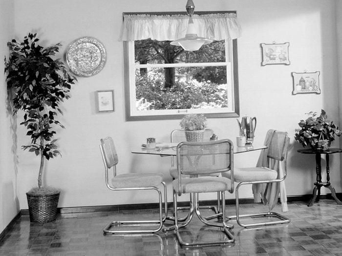 Tout le monde avait des tables en verre dans sa maison dans les années 1990.