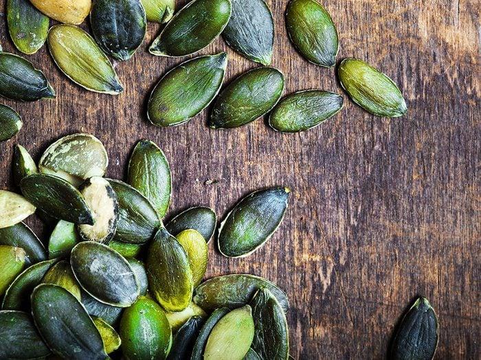 Des graines de citrouilles.
