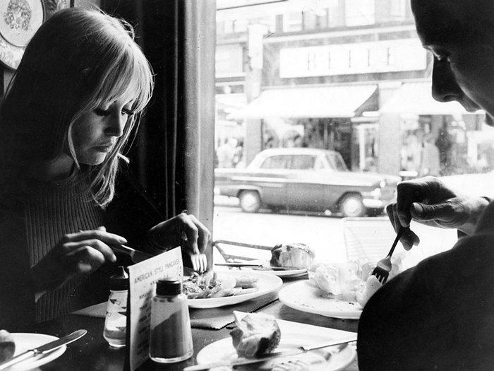 Faire preuve de bonnes manières à table est l'une des bonnes manières qu'on n'aurait jamais dû abandonner.