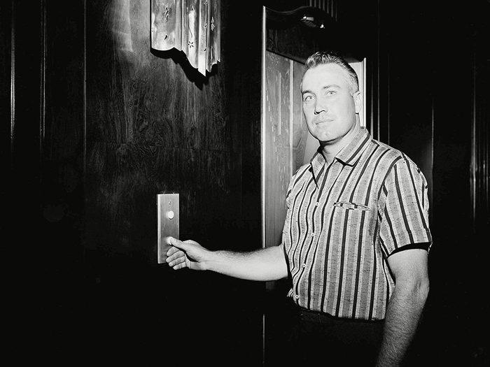 Retenir la porte de l'ascenseur est l'une des bonnes manières qu'on n'aurait jamais dû abandonner.