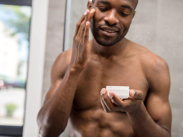 L'utilisation de rétinol peut aider à faire disparaître les cicatrices d'acné.