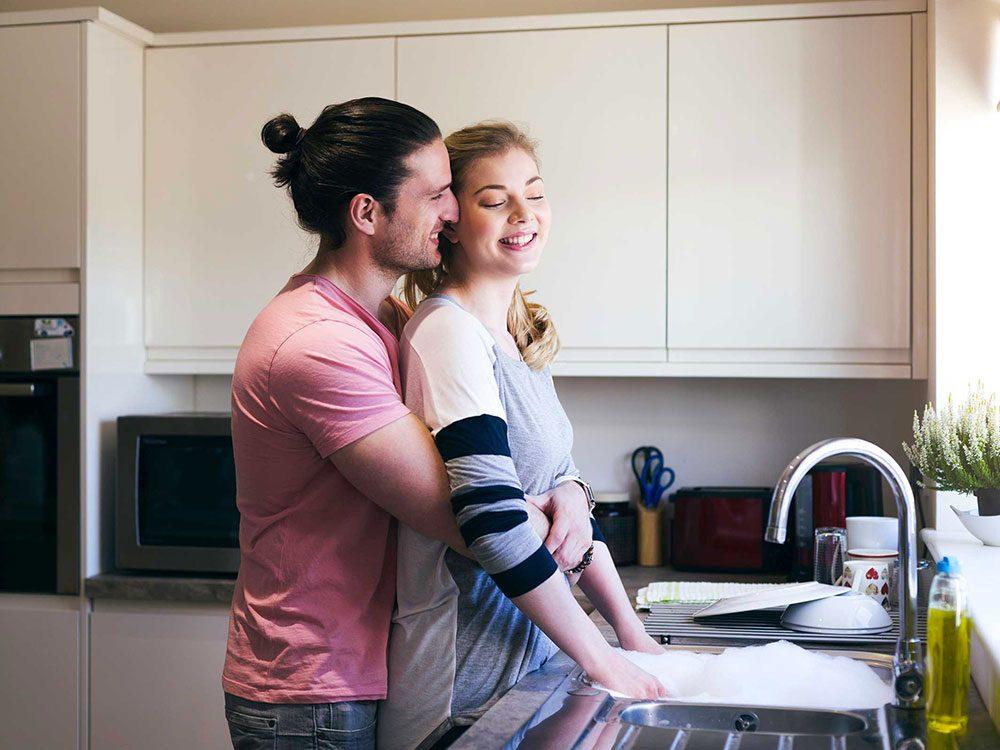 Règle qu'il est permis de briser dans un couple: les gestes de gentillesse aléatoires valent mieux que des traitements spéciaux.