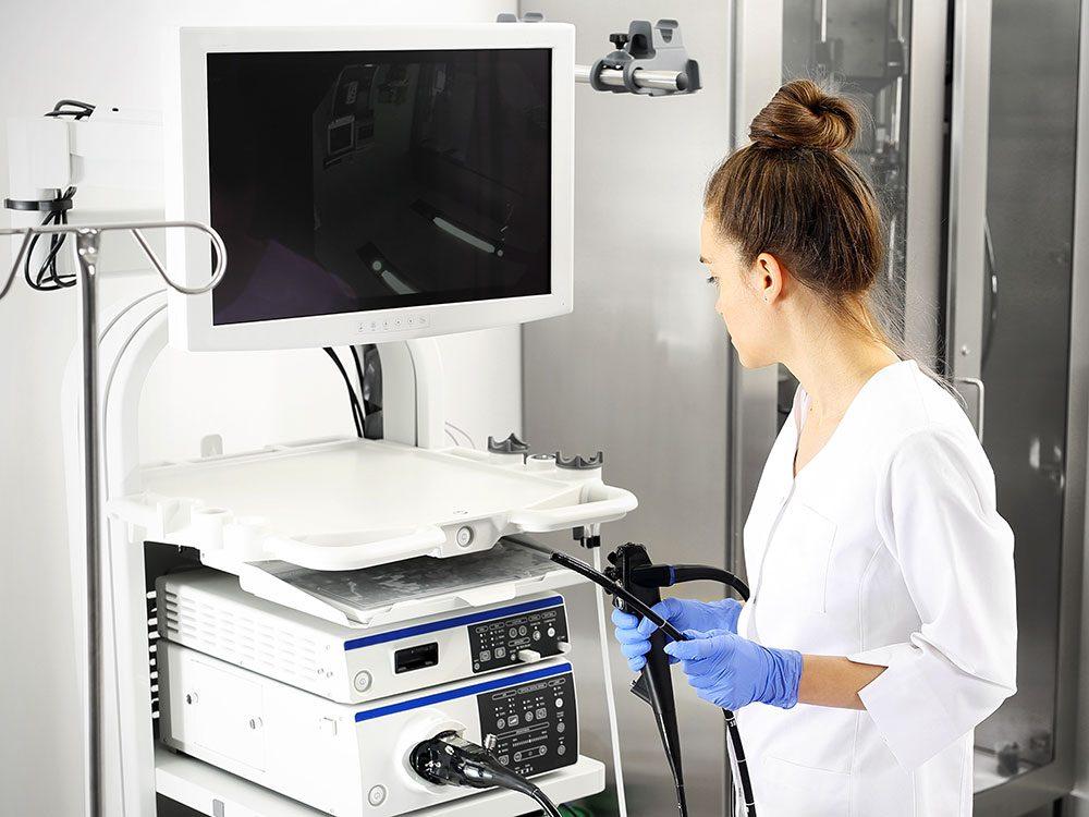 Une docteure pratiquant une colonoscopie.