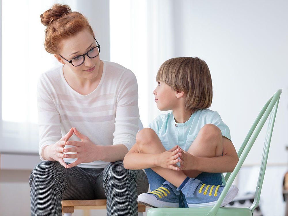 Évitez l'interrogatoire en règle si vous voulez que votre enfant vous parle un peu plus.