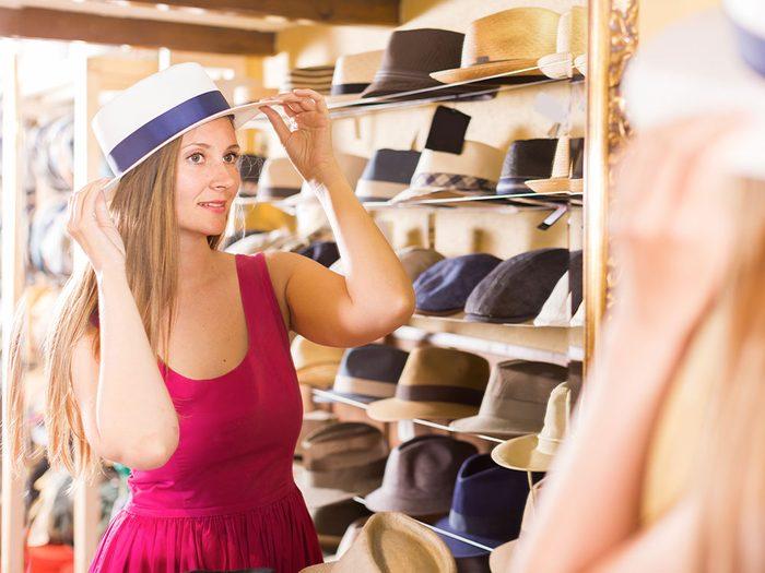 Évitez d'acheter un chapeau dans une friperie!