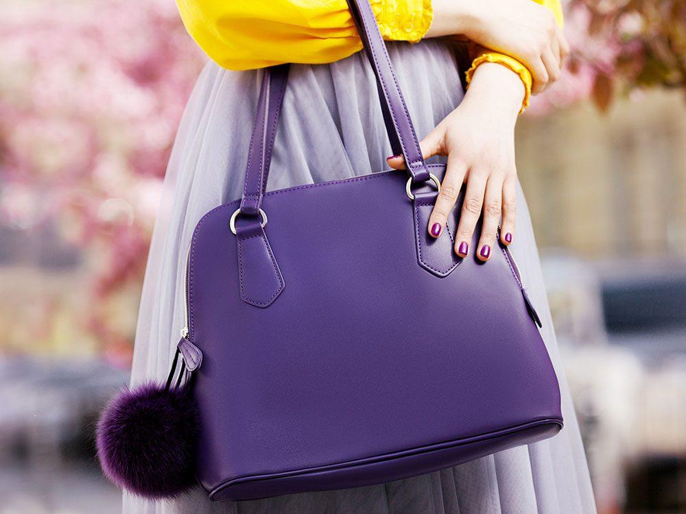 N'hésitez pas à acheter un sac à main dans une friperie.