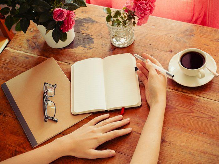 Gestion du stress: tenir un journal pour mieux comprendre les sources de stress et d'anxiété.