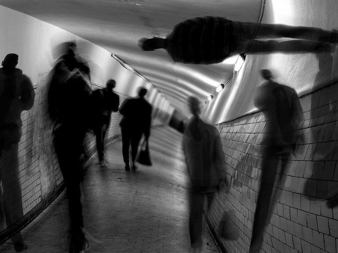 Voir ou entendre moins bien prive le cerveau de renseignements. Il lui arrive parfois de combler ce manque avec des hallucinations.