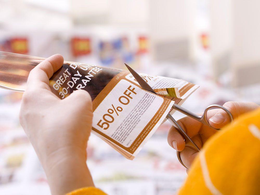 Histoire insolite: un propriétaire de supermarchés est accusé d'avoir ordonné aux employés de ses magasins Shop'n Save de détacher les coupons des journaux invendus.