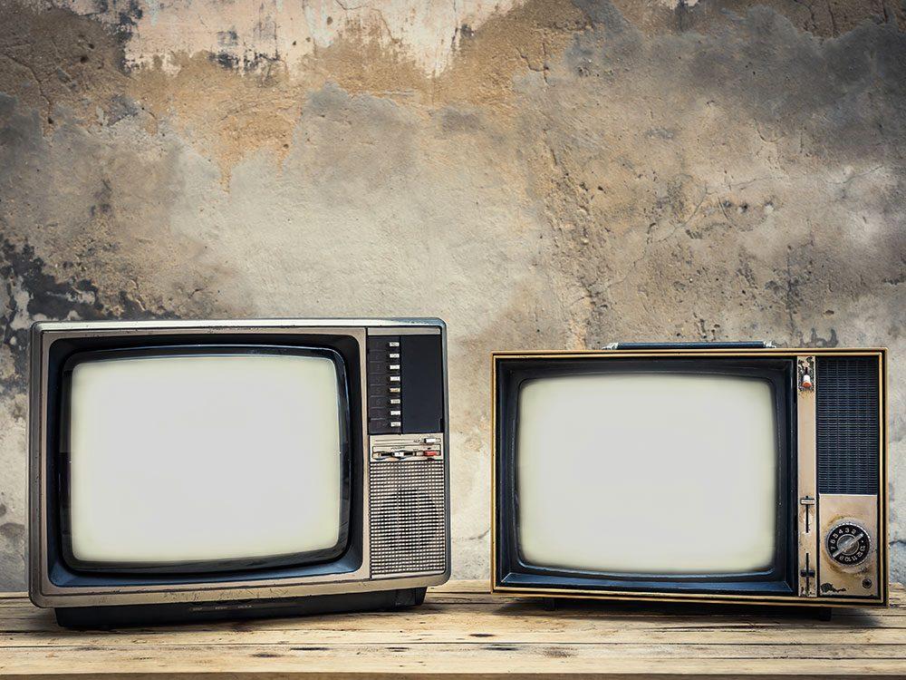Histoire insolite: ils ont découvert de vieux téléviseurs déposés sur leur porche pendant la nuit.