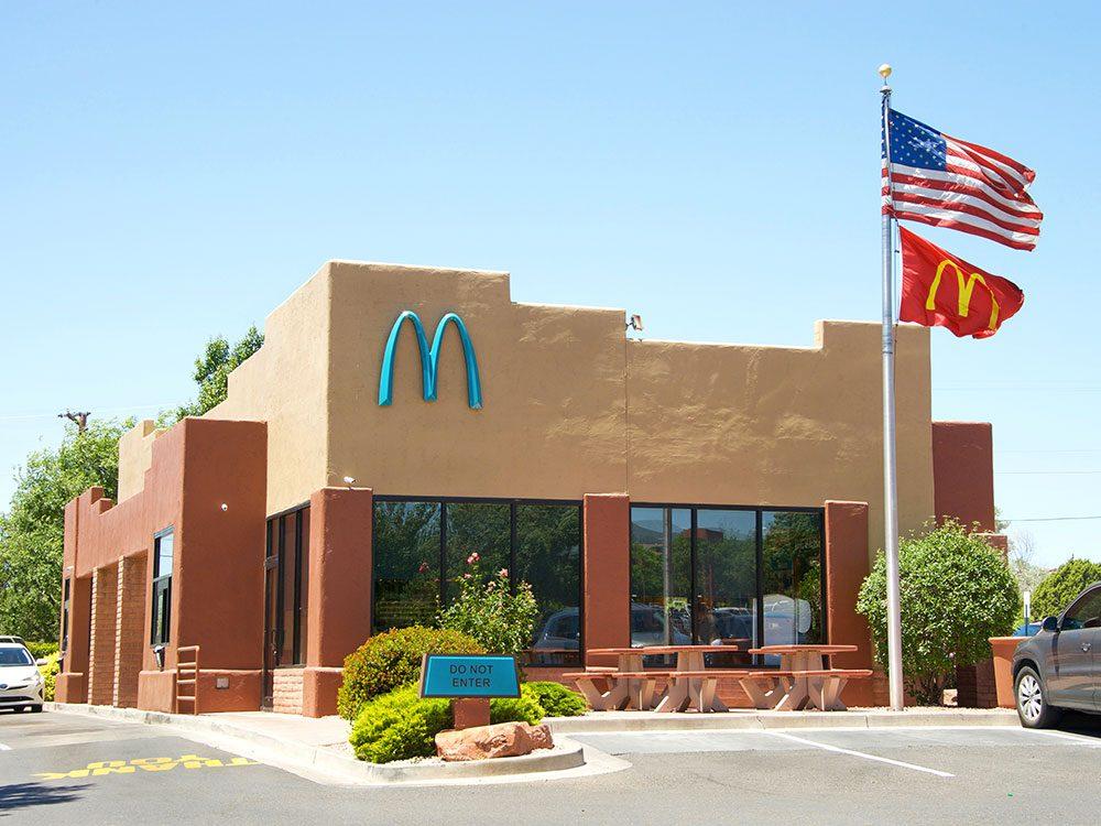 On trouve même des arches McDonald's turquoise.