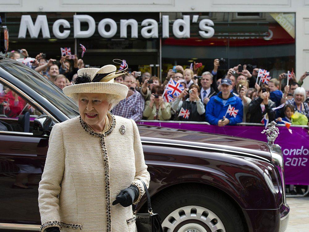 La reine Élizabeth II possède un McDonald's.