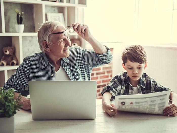 On devrait recommencer à lire les journaux sans les médias sociaux.